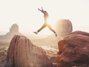 Sauter le pas avec joie et motivation
