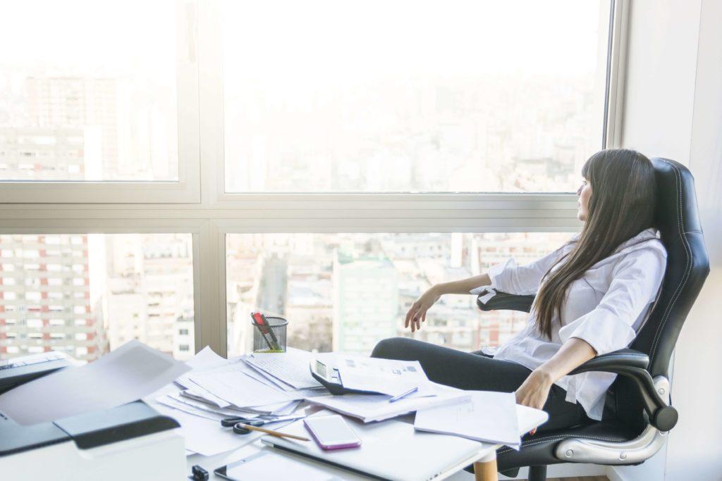 Fatigue - bureau en désordre - causes de perte de temps au travail