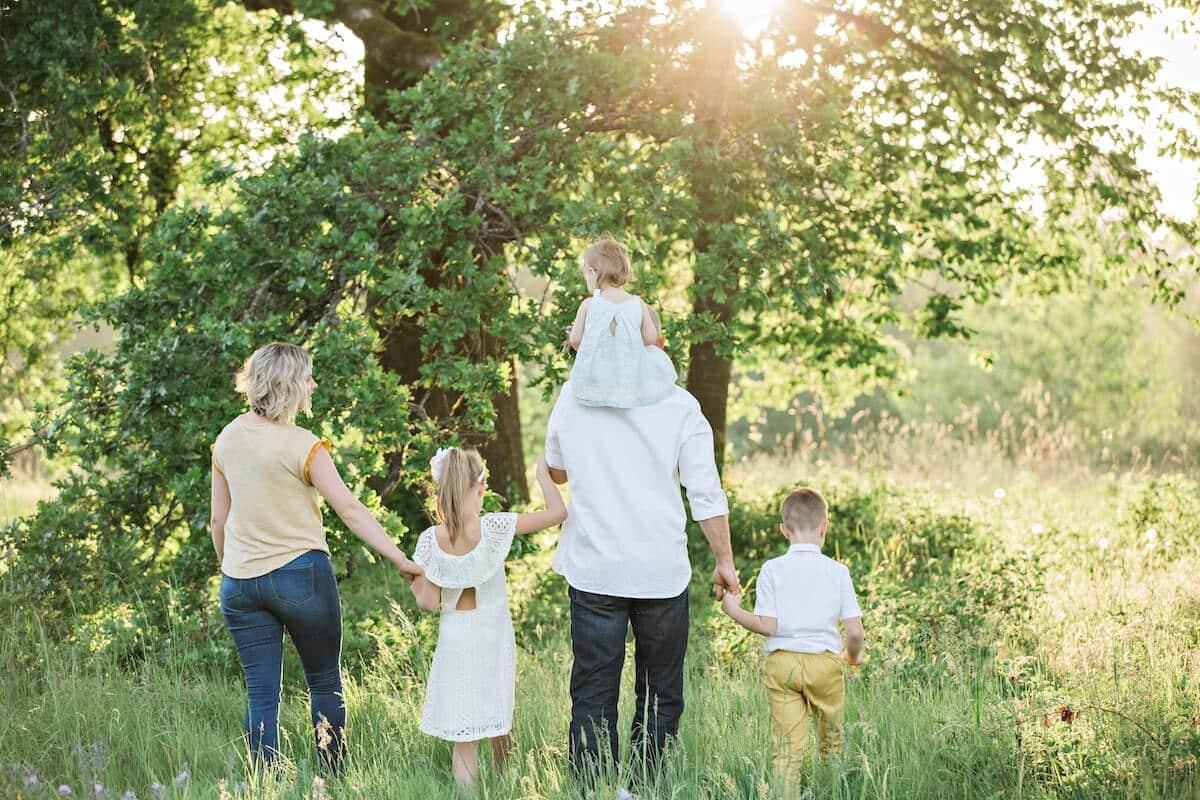 Idée d'activité estivale : ballade en famille en forêt