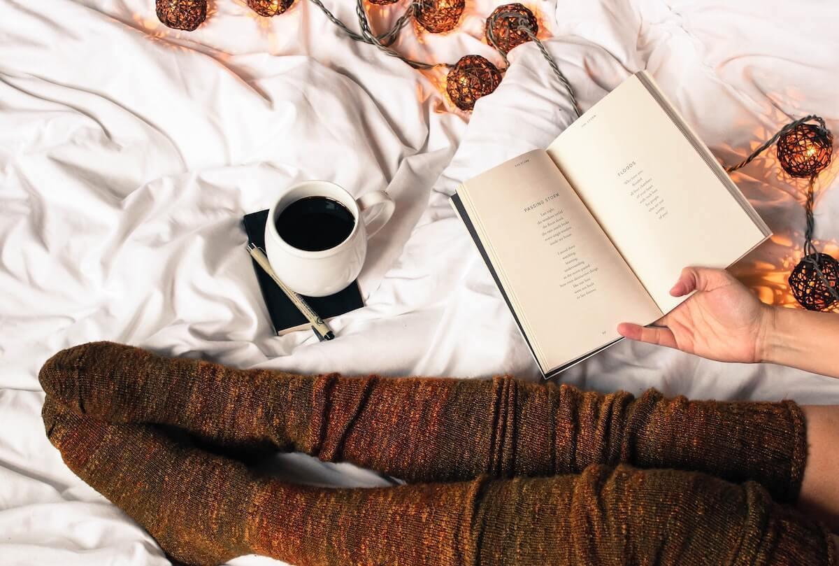 Soirée d'automne lire un livre au chaud