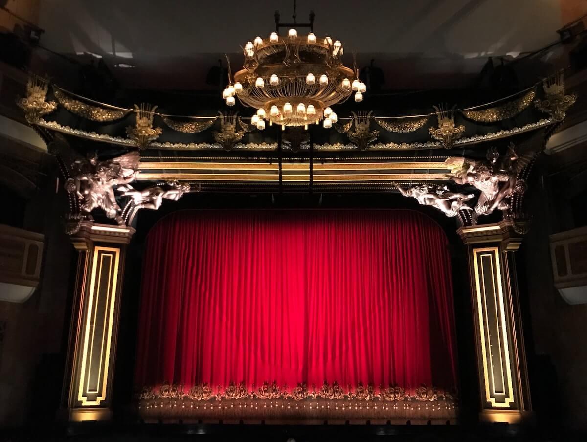 Activité en automne : aller au théâtre