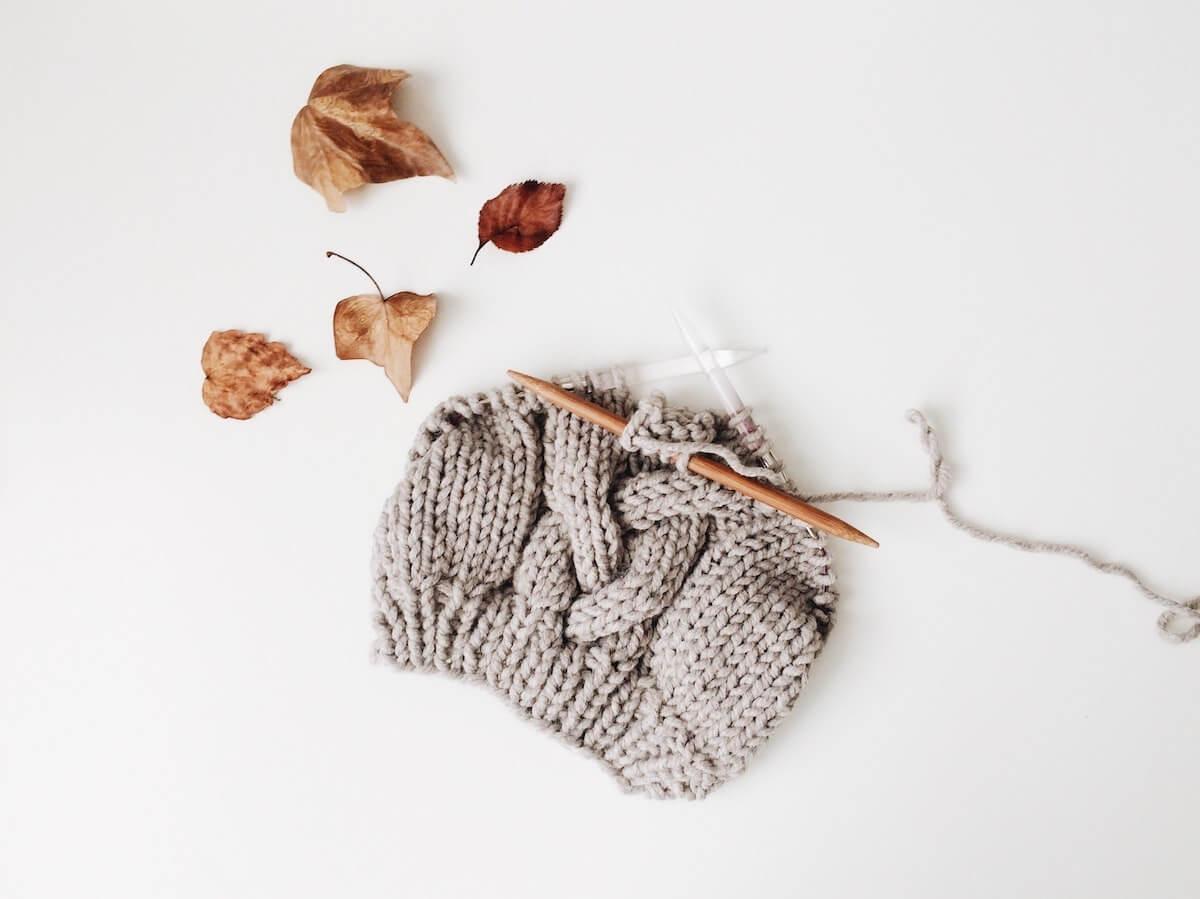 Tricoter en hiver : une activité de saison