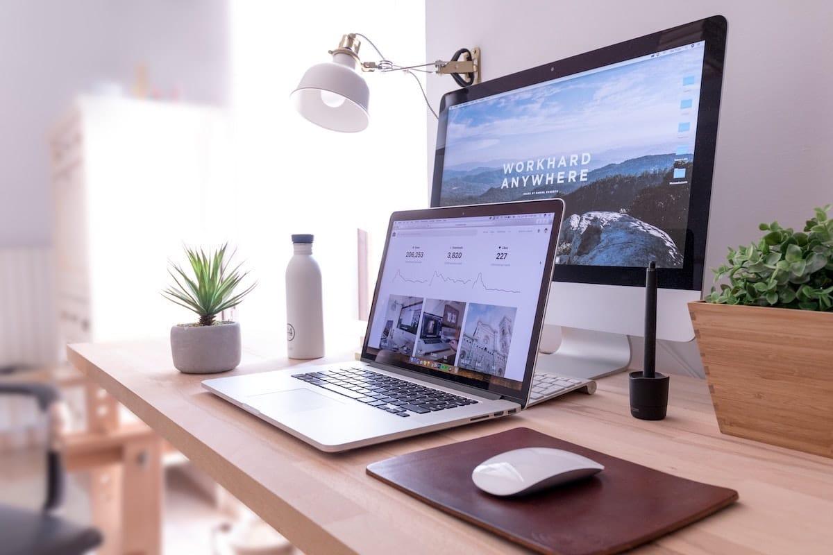Bureau avec plusieurs ordinateurs